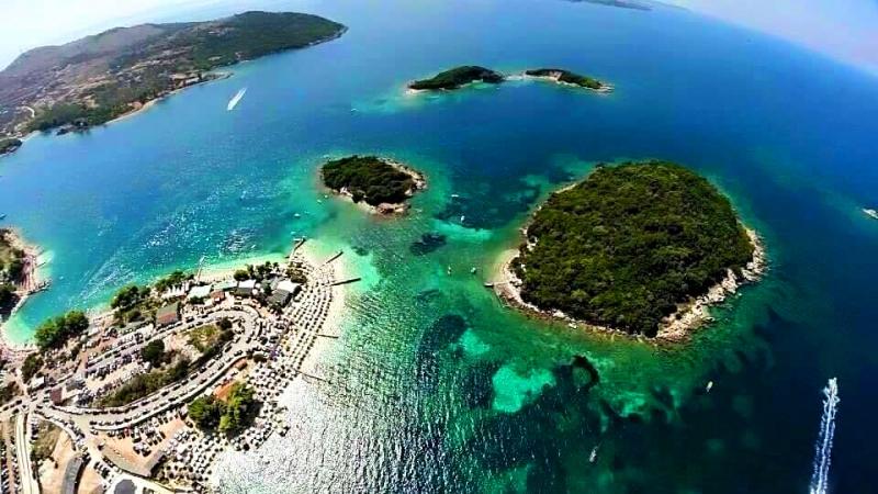 https://www.albatrostours.net/images/ALBANIA_montenegro/Albania-ksamil-ostrovi+plaj-super.jpg