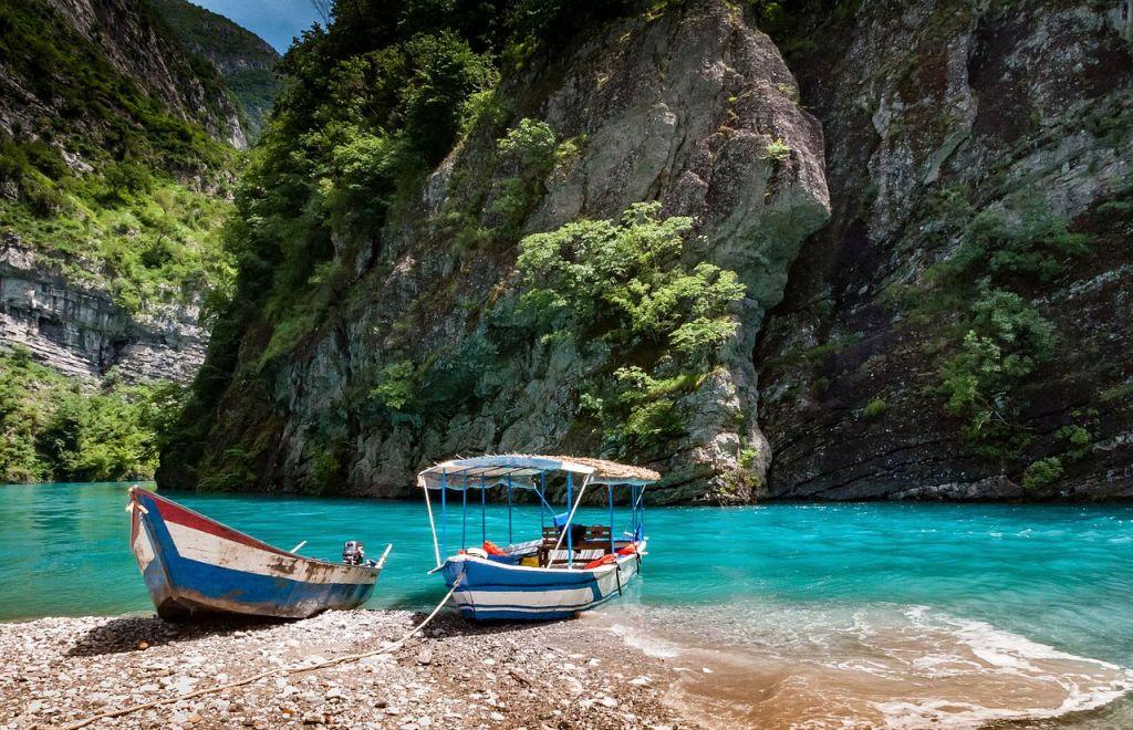 https://www.albatrostours.net/images/Albania-Adriatika/river-shala-2-boats-albatrostours.net.jpg